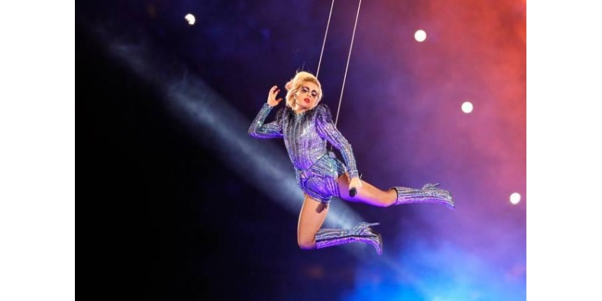 Lady Gaga coreografa drones e entoa hits no Super Bowl