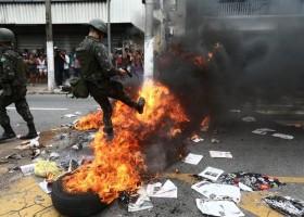 Manifestantes e mulheres de PMs se enfrentam no ES; Exército intervém