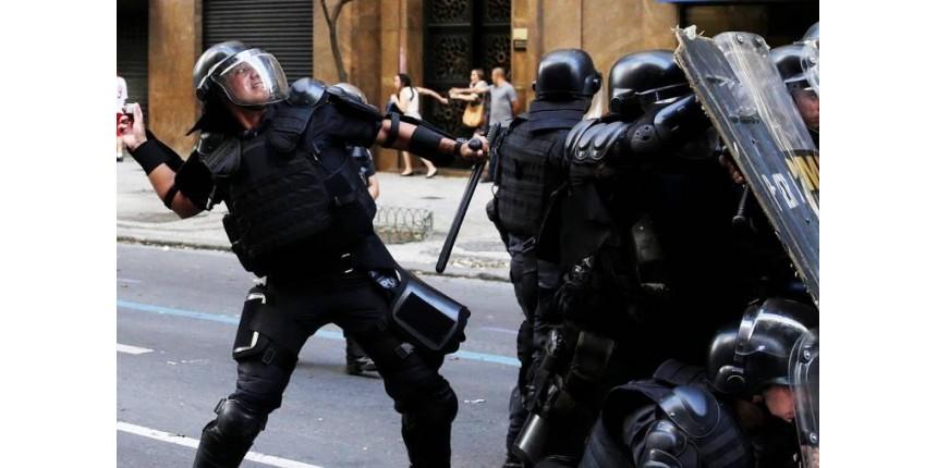 Policiais e servidores entram em confronto perto da Alerj