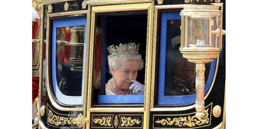 Sem festa, rainha Elizabeth II completa 65 anos no trono