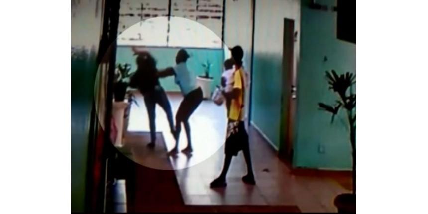 Vídeo mostra mãe e filho agredindo vice-diretora em escola