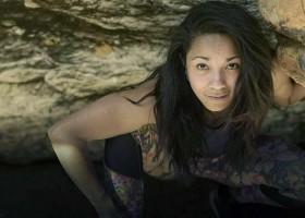 A menina pobre que viveu em caverna no Brasil e virou escritora...