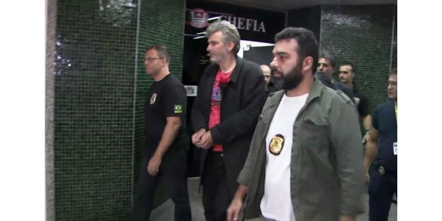 Alemão é algemado e levado para sala da PF no aeroporto de Guarulhos para deportação