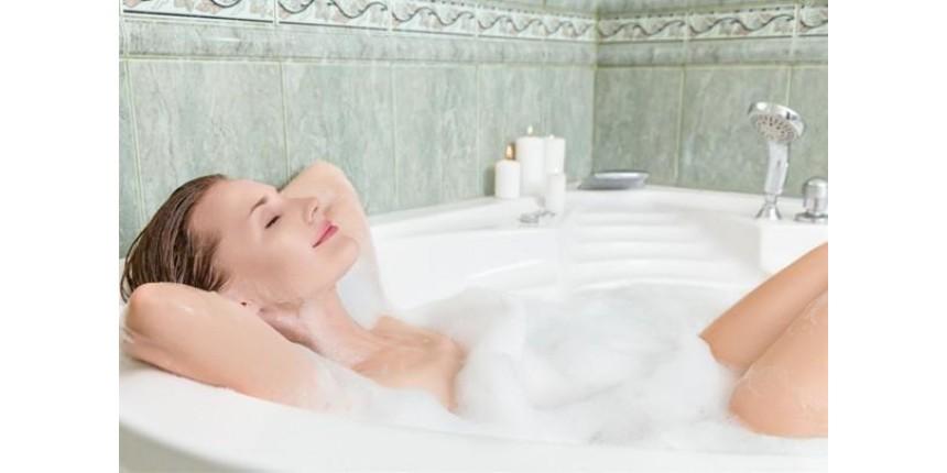 Banho quente queima tantas calorias como uma corrida, revela estudo