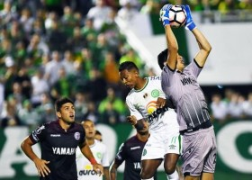 Chape perde na estreia em casa na Libertadores, mas sai aplaudida