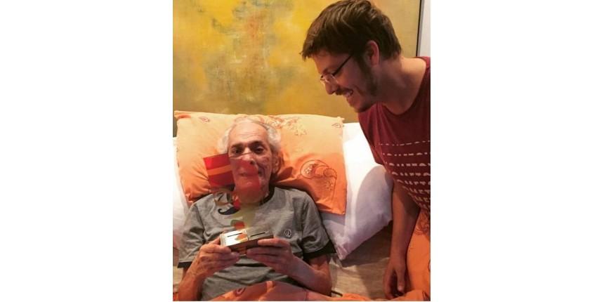 Lúcio Mauro, que completa 90 anos, recebe prêmio de Fábio Porchat em casa