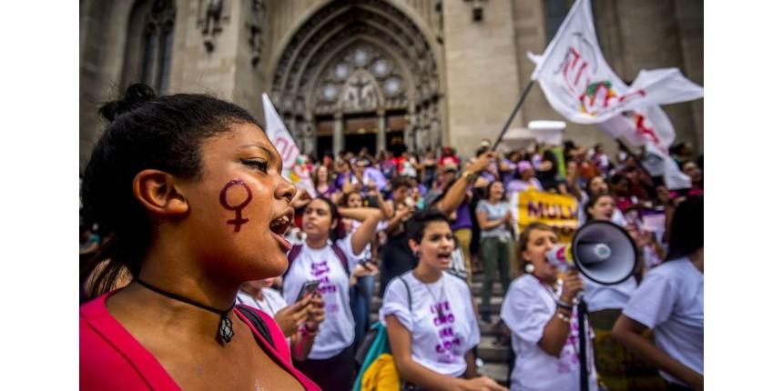 Movimentos sociais e coletivos feministas protestam por direitos da mulher em SP