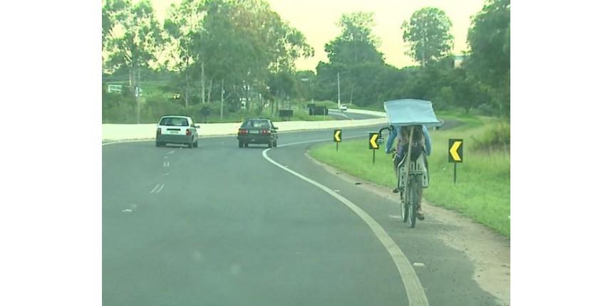 Pai adapta bicicleta e pedala quase 40 km por dia para levar filha na escola