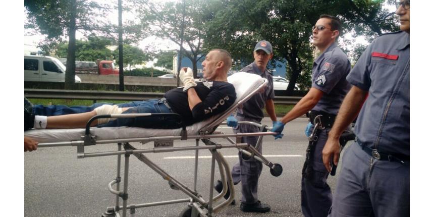 Preso rouba arma e atira em policial dentro de viatura