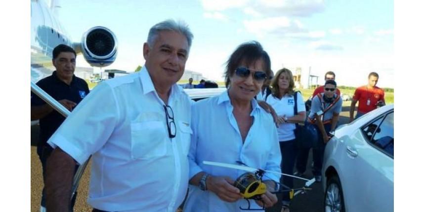 Roberto Carlos ganha em Marília réplica de helicóptero que usou em filme