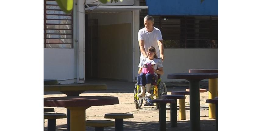 Sem cuidadores nas escolas, crianças com deficiência precisam de ajuda