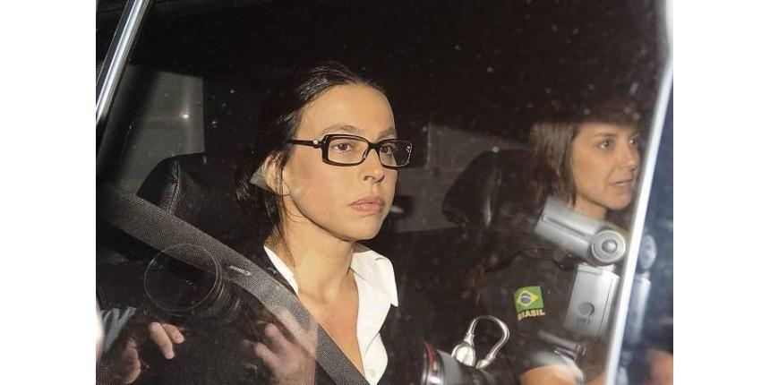 Sob protestos, Adriana Ancelmo chega a seu apartamento no Leblon