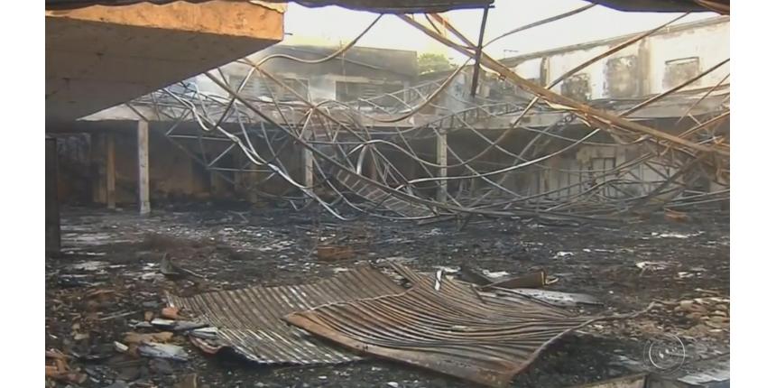 Calor derrete forro de prédio vizinho de loja destruída por incêndio em Marília