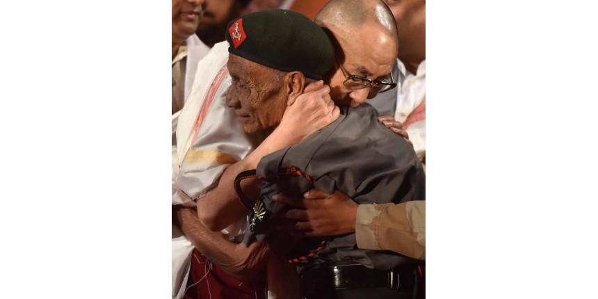 Dalai Lama reencontra guarda que o escoltou há quase 60 anos em sua fuga do Tibete