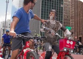 Dom Quixote de bike na Paulista. 8 motivos para assistir ao musical...