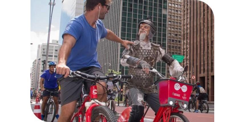 """Dom Quixote de bike na Paulista. 8 motivos para assistir ao musical """"O Homem de La Mancha"""""""