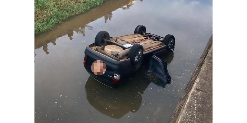 Motorista cai com carro dentro do rio