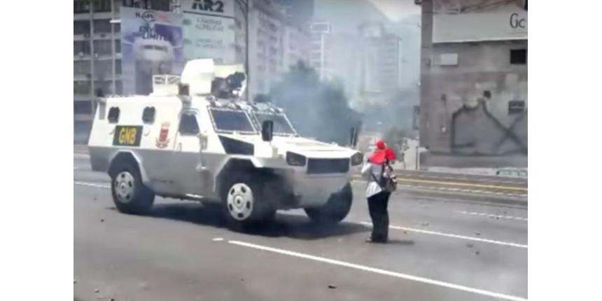 Mulher enfrenta blindado na Venezuela