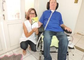 Paciente com Esclerose Lateral Amiotrófica escreve livro, letra a letra, piscando os...