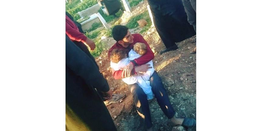 Pai chora e abraça filhos mortos após ataque químico na Síria