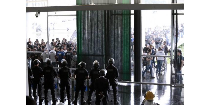 Sindicalistas ligados à polícia invade Congresso