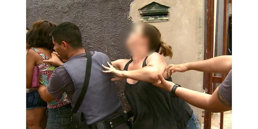 Vizinhos tentam agredir mãe suspeita de maus-tratos após bebê de 4 meses ser achado morto
