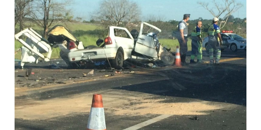 Carro fica destruído após acidente com morte na rodovia em Marília