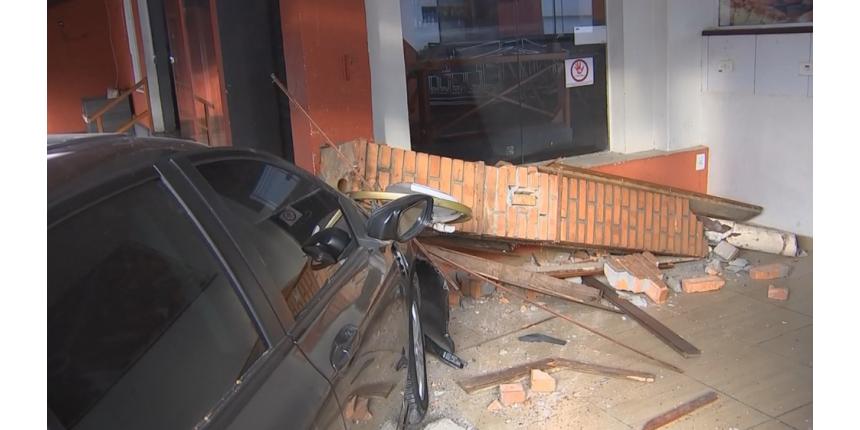 Carro invade restaurante no centro de Marília após acidente