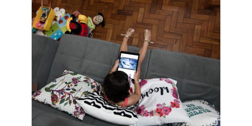 Celulares, tablets e TVs devem ser liberados para crianças? Especialistas dão cinco dicas do que é certo ou errado