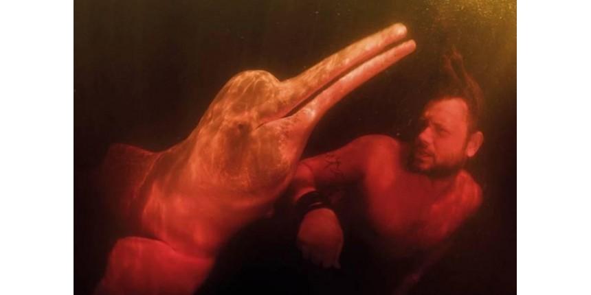 Documentarista nega acusar biólogo de matar boto no 'Fantástico'