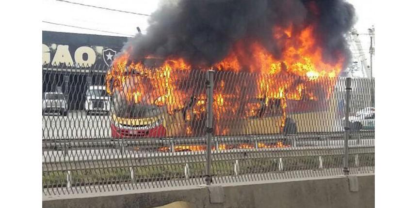 Ônibus são incendiados na Rodovia Washington Luís e na Avenida Brasil, RJ