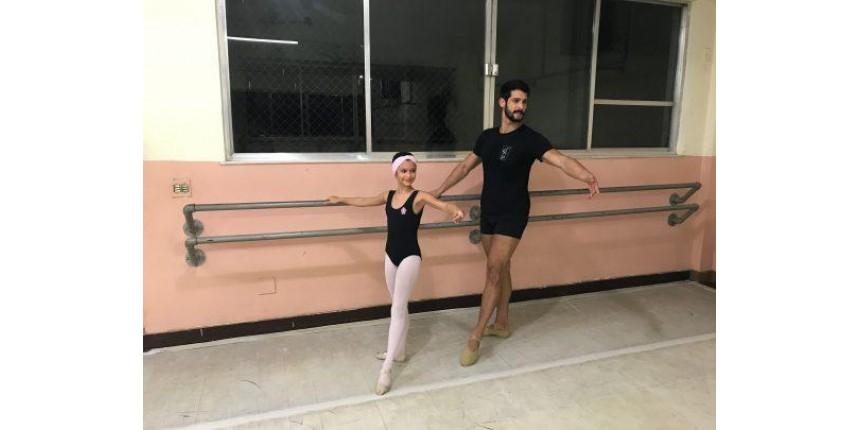 Pai faz aula de balé com a filha para passar mais tempo com ela