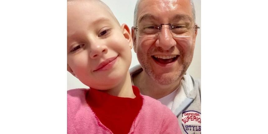 Pai lança livro com história da 'fada do cabelo' para ajudar crianças em tratamento de câncer