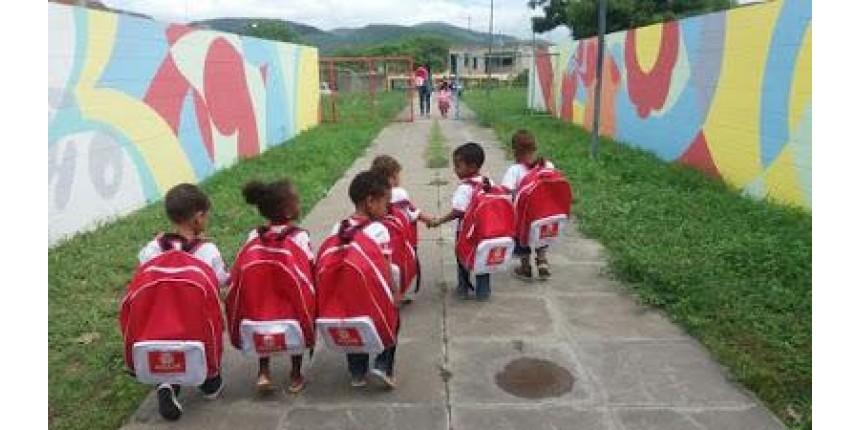 Tamanho de mochila escolar entregue pela prefeitura de Jequié vira piada na Internet