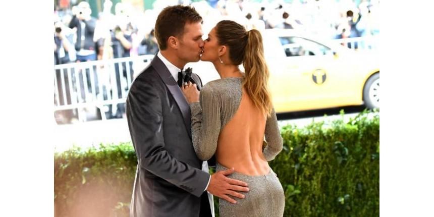 Tom Brady e Gisele no baile do MET: carinho sem vergonha