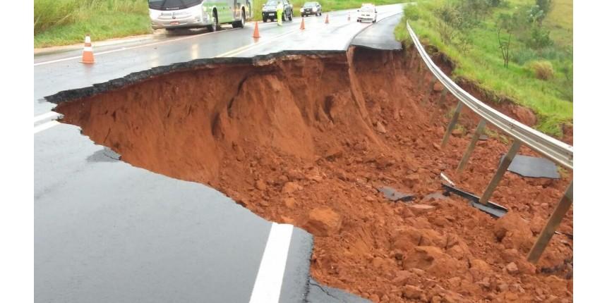 Trecho de rodovia em Echaporã é interditado após asfalto ceder por causa da chuva