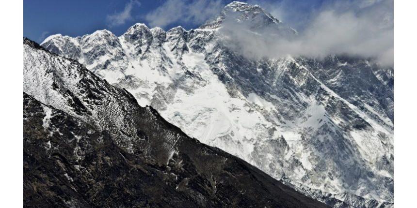 Três alpinistas morrem no Everest e um está desaparecido