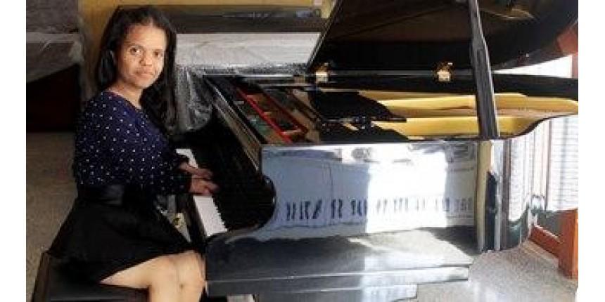 Universidade ganha piano adaptado para que aluna com doença óssea possa estudar