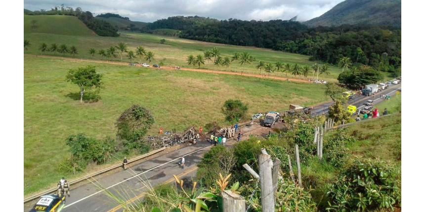 Acidente entre duas ambulâncias, ônibus e carreta deixa 21 mortos na BR-101
