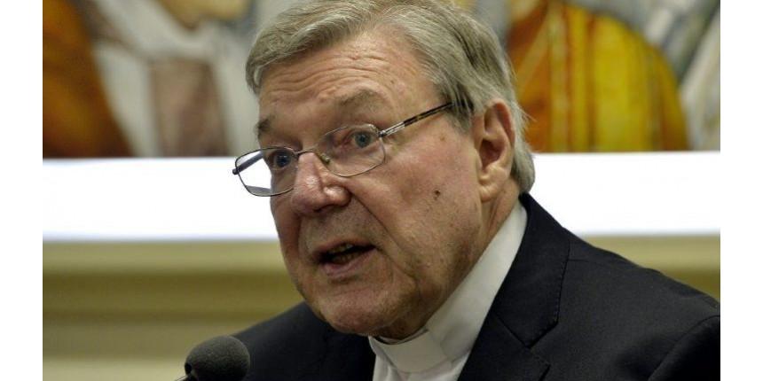 Acusado de abuso sexual, número três do Vaticano alega inocência e tira licença