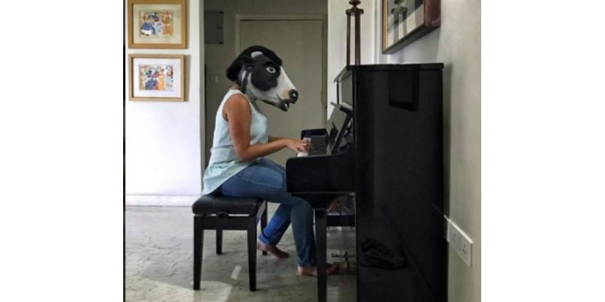Em forma de protesto, indianas vestem máscaras de vaca
