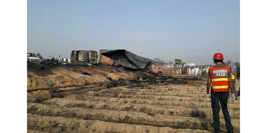 Explosão de caminhão-tanque mata mais de 140 pessoas
