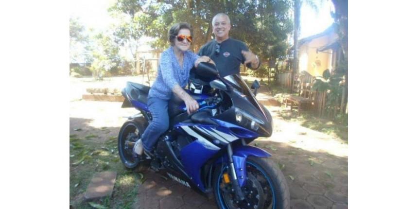 Filho larga emprego para levar a mãe com Alzheimer viajar de moto