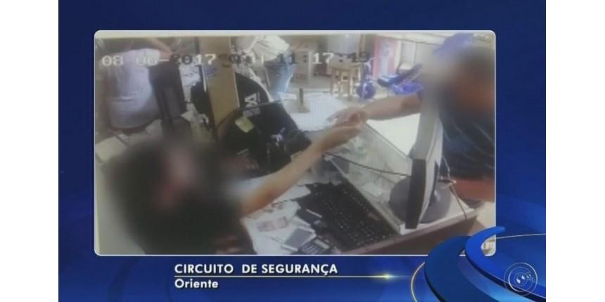 Homem aplica 'golpe do troco' no comércio em Oriente e câmera flagra ação