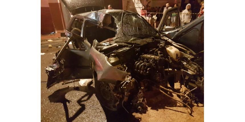 Jovem morre após motorista bater carro em poste e atingir muro de açougue