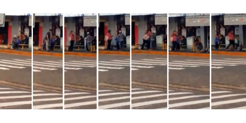 Mãe agride idoso suspeito de assediar filho de 6 anos no meio da rua