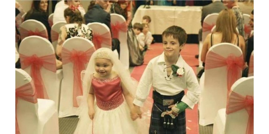 Menina de cinco anos com doença terminal 'se casa' com seu melhor amigo
