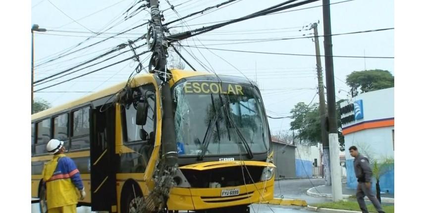 Motorista de ônibus com pacientes e estudantes perde controle e derruba poste em Marília