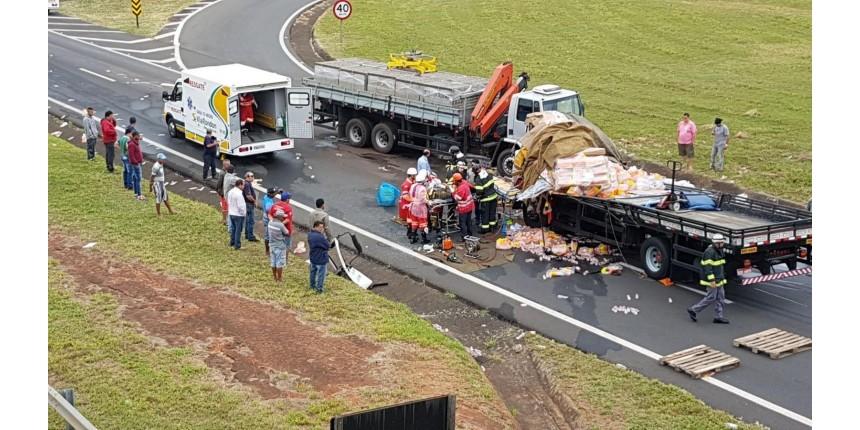 Motorista fica ferido em acidente entre caminhão e carreta
