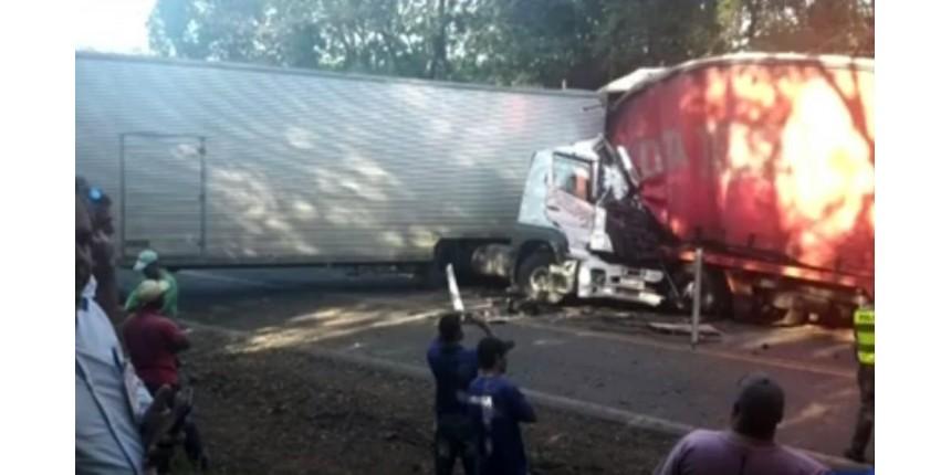 Uma pessoa morre em acidente entre caminhões na rodovia
